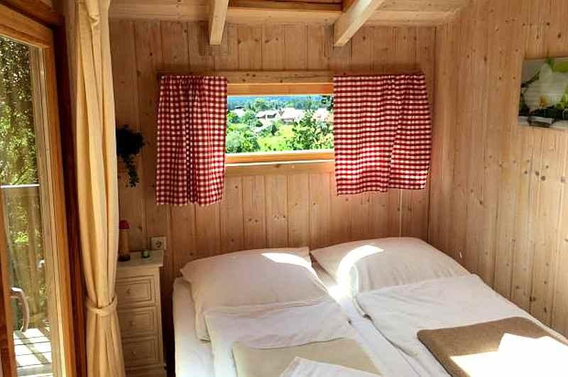 baumpalast-baumhaushotel-rosenberg-ansicht-bett-innen