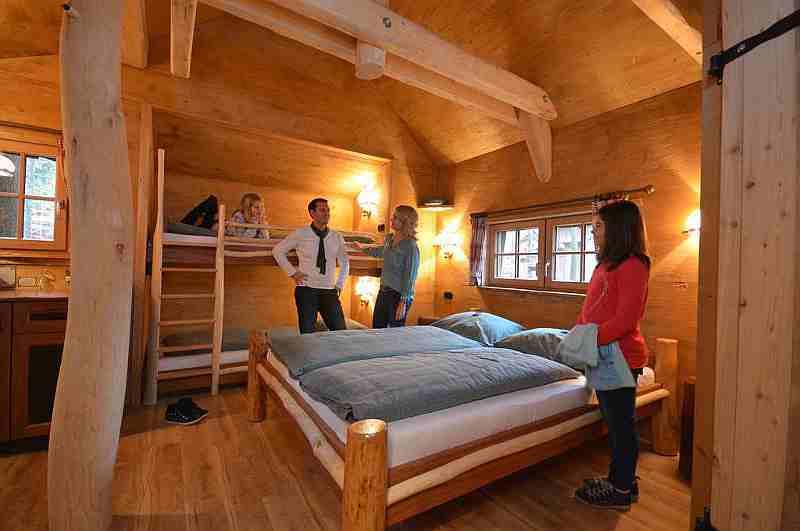 Schlafzimmer im Baumhaus Tripsdrill
