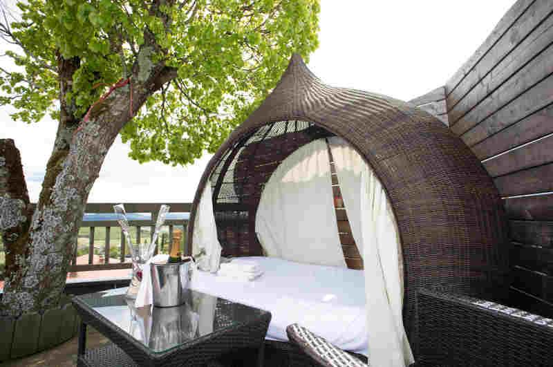 Kärntner Baumhaus-Suite mit kuscheligem Daybed auf der Dachterrasse
