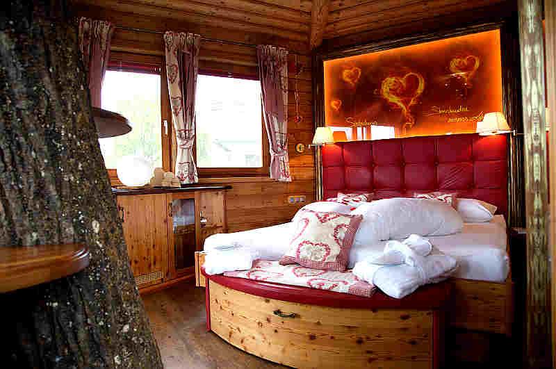 Schlafzimmer im Baumhaus Prechtlhof in Kärnten