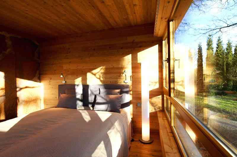 Vier Baumhäuser in Waldlage nahe dem Zwischenahner Meer bilden das Baumhaushotel Baumgeflüster in Niedersachsen