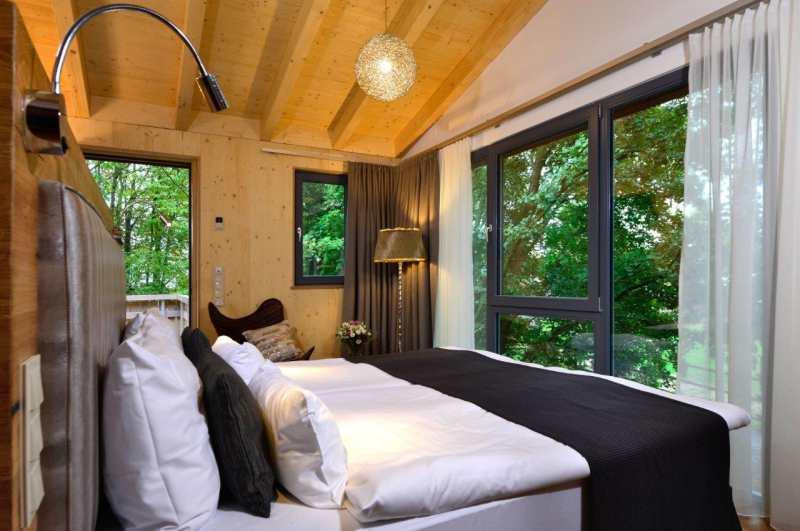 Mit 22 luxuriösen Bauchchalets zählt der Alpenpark Neuss über NRW hinaus zu den drei größten Baumhaushotels in Deutschland.