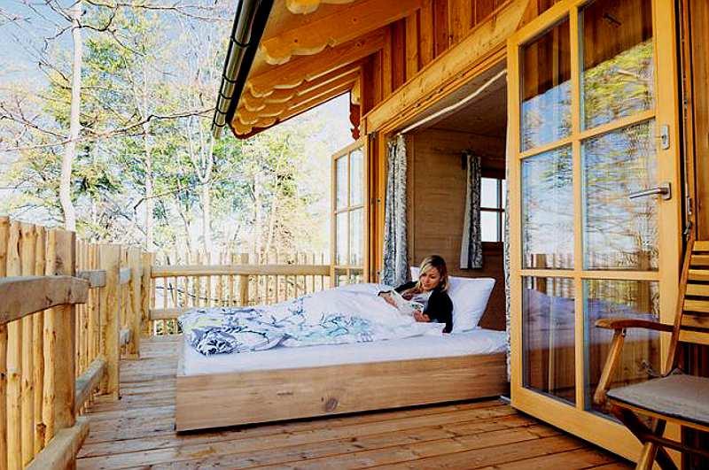Baumhaushotels Bayern: Outdoor-Bett auf Rollen im Baumhaus Samerberg