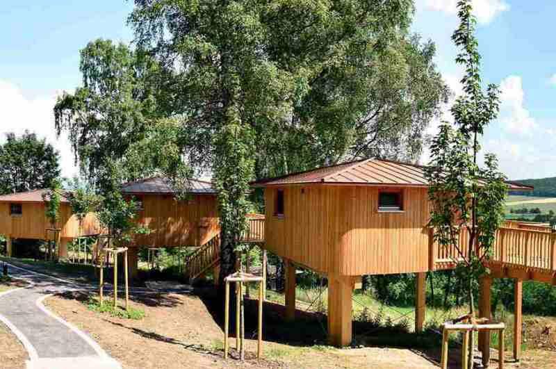 Zu den Baumhaushotels mit der besten Aussicht in Niedersachsen gehört die Anlage mit drei Stelzenhäusern oberhalb von Aerzen