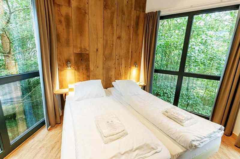 Zu den 14 Baumhaushotels in Niedersachsen gehört auch das Center Parcs Bispinger Heide