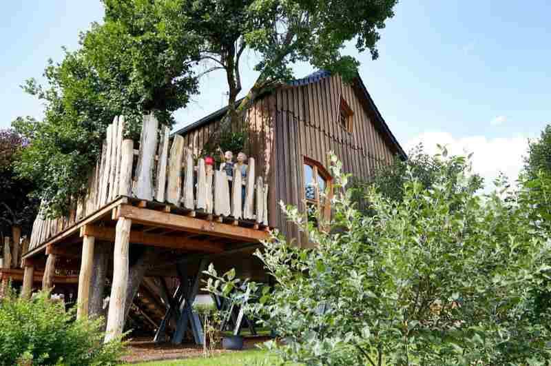 Neue Wege beschreitet der Gasthof zu den Linden in NRW mit zwei komfortablen Ferienwohnungen in Form eines Baumhaushotels.
