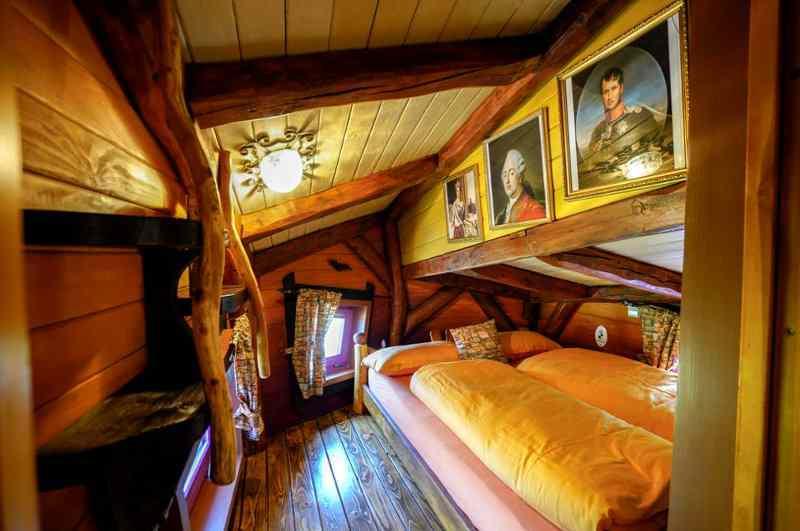 Im Baumhaus 'Burggespenst' schläft man stilecht wie in einer Ritterburg