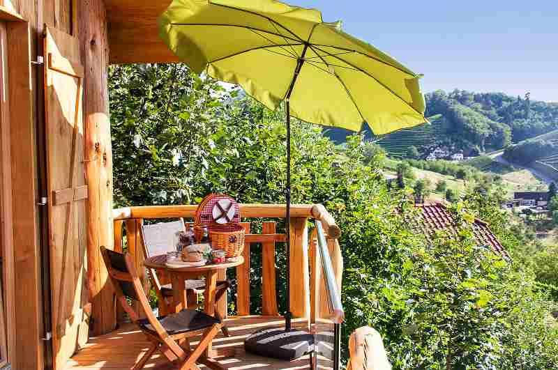 Blick auf Weinberge von der Terrasse eines Baumhauses im Schwarzwald