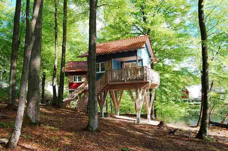 Ein Baumhaushotel im skandinavischen Stil ergänzt den Nordic Ferienpark am Sorpesee in Nordrhein-Westfalen