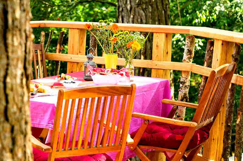 Hochwertige Balkonmöbel sorgen bei der Übernachtung im Baumhaus für gute Stimmung
