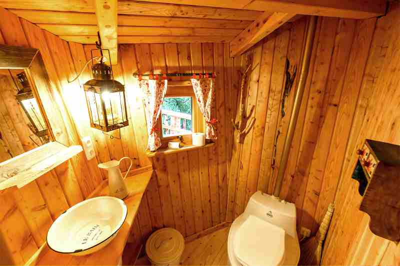 Baumhaus Cuxhaven mit Blick ins private Bad mit Trockentoilette