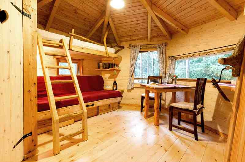 Gleich drei Schlafplätze zum Übernachten stehen im Baumhaus Cuxhaven bereit
