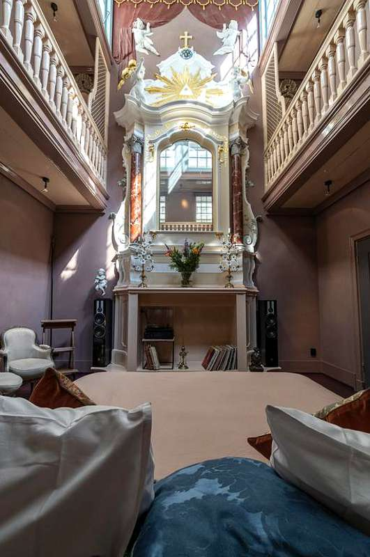Als Geheimtipp in Amsterdam gilt die Übernachtung unter dem Altar einer zum Appartement umfunktionierten Kirche