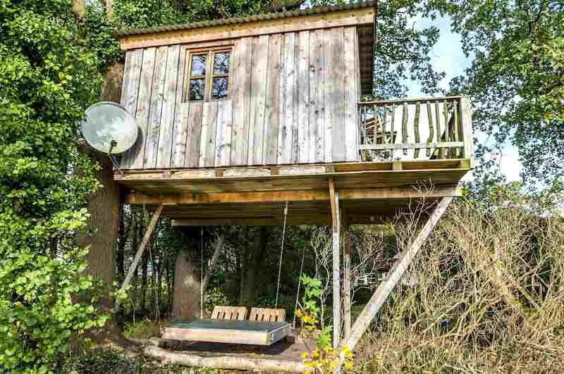 Hofgut Grove Ansicht Baumhaus mit Schaukelbett
