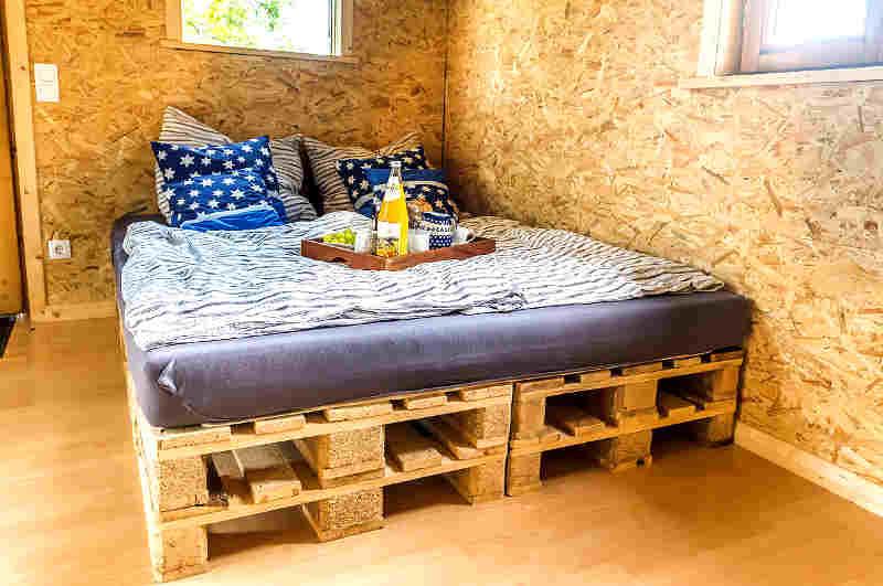 Abenteuerliche Nächte im Baumhaus verspricht ein Doppelbett der Marke Eigenbau