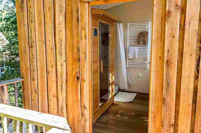 Eine eigene Sauna im Baumhaushotel sorgt für Komfort und Entspannung