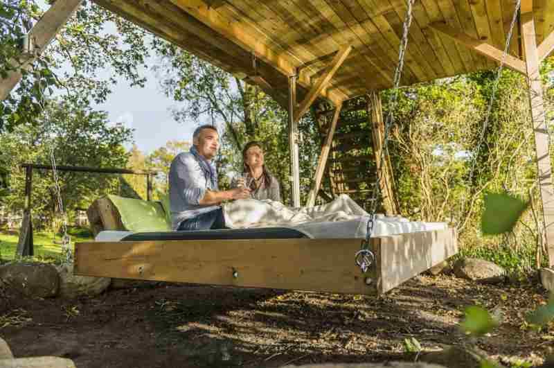 Schaukelbett unter dem Baumhaus Grove in Niedersachsen
