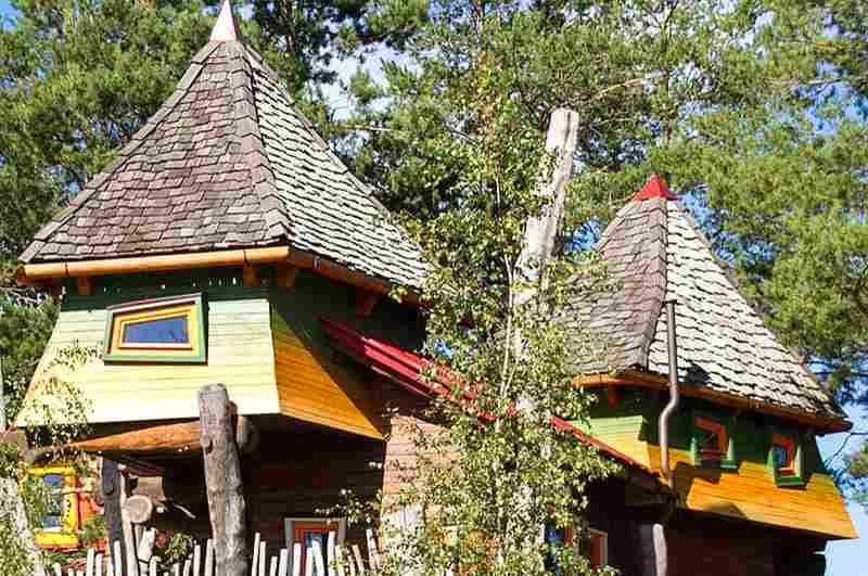 Das Baumhaus Windhexe überragt mit seinen beiden charakteristischen Hexentürmchen das Baumhaushotel der Oase Weil