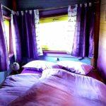 Im Baumhaus Zeitgeist mit seinen farbenfrohen Schlafzimmern scheint die Zeit in den 70ern stehengeblieben zu sein