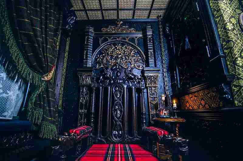 Geheimnisvoller Stuhl im Schlafzimmer von Spukhaus Talliston