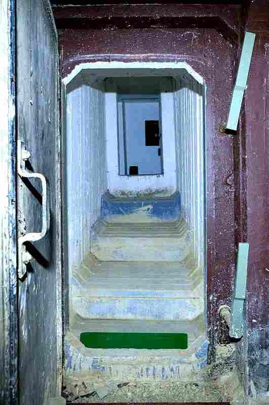Stählerne Schleuse zum Gäste-Domizil im Bunker