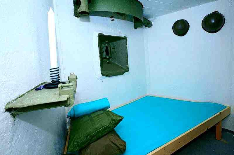 Stilecht Übernachten im hoteleigenen Bunker mit Soldatenhelmen und Sturmgewehr