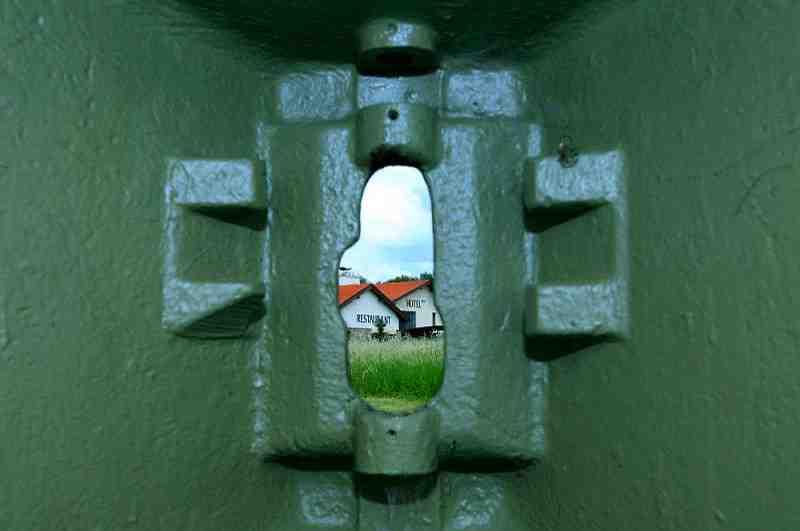 Blick aus dem Weltkriegs-Bunker auf das Hotel Happy Star in Tschechien