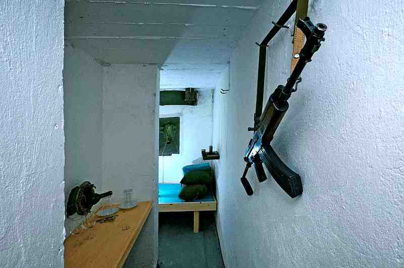 Bunker-Deko mit Sturmgewehr an der Wand