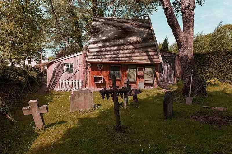 Domaine Albizia in der Normandie: das Chambre 1424 lockt Gruselfreunde mit eigenem Friedhof