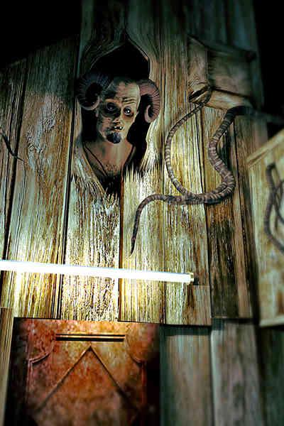 Wandschmuck mit gehörntem Fabelwesen im Chambre 1424 (Domaine Albizia)
