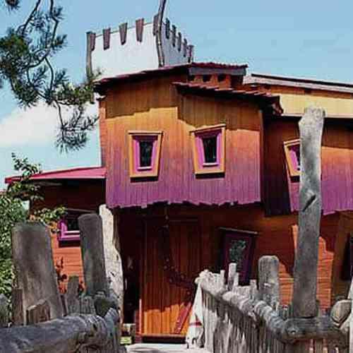Baumhaus in Burg-Gestalt mit imaginärem Burggespenst
