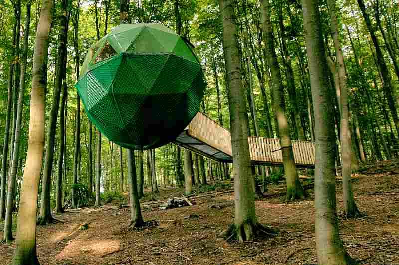 Kugel-Baumhaus für zwei Personen im Baumhaushotel Robins Nest in Hessen