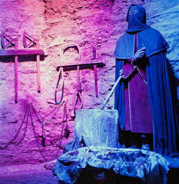 Illuminierte Folterkammer der niederschlesischen Burg Czocha (Polen)