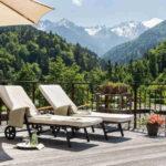 Baumhaushotels in Österreich: Himmelchalet im Alpencamping Nenzing (Poolterrasse mit Liegestühlen)
