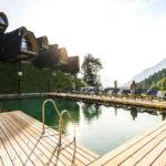 Baumhaushotels in Österreich: die neuen Himmelchalets in Vorarlberg mit Naturbadesee im Vordergrund