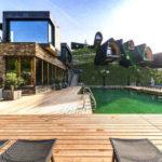 Baumhaushotels in Österreich: Himmelchaltets im Alpencamping (Ansicht vom Natur-Pool)