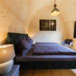 Baumhaushotels in Österreich: Himmelchalet im Alpencamping Nenzing (Schlafzimmer-Ansicht)