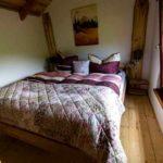 Baumhaushotels in Österreich: französisches Bett im Baumhotel Imbach