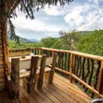 Baumhaushotels in Österreich: Terrasse des Baumhaus Imbach mit Ausblick ins Kremstal