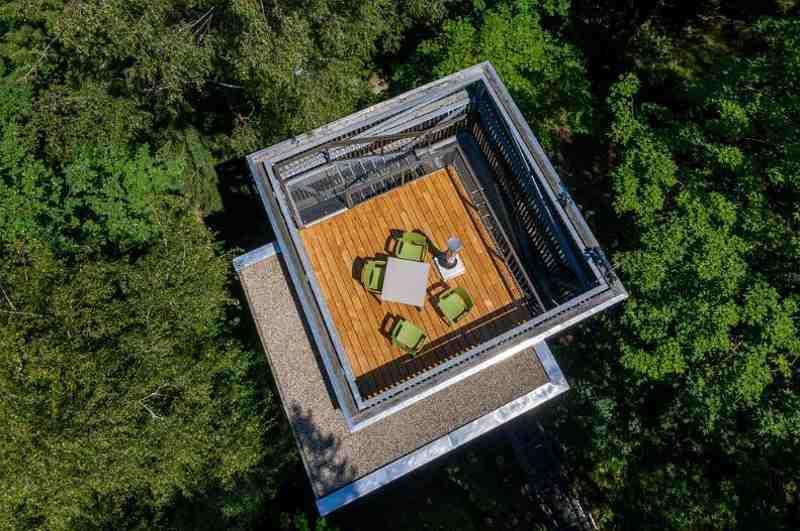 Baumhaushotels in Österreich: Drohnenansicht Turmhaus (Baumhaus-Lodge in Schrems)