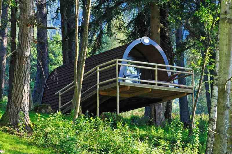Die tonnenartigen Wood-Lodges am Natterer See bieten Glamping wie im Baumhaus