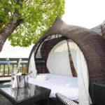 Baumhaushotels in Österreich: das Daybed auf der Dachterrasse des Baumhaus Prechtlhof lädt zum Chillen ein