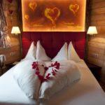Baumhaushotels in Österreich: romantisch dekoriertes Kuschelbett im Baumhaus Prechtlhof
