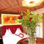 Baumhaushotels in Österreich: Blumenschmuck im Romantik-Baumhaus Prechtlhof