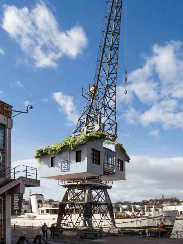 Mit seinem begrünten Dach wirkt das Crane Treehouse Kranhotel in Bristol fast wie ein Baumhaus