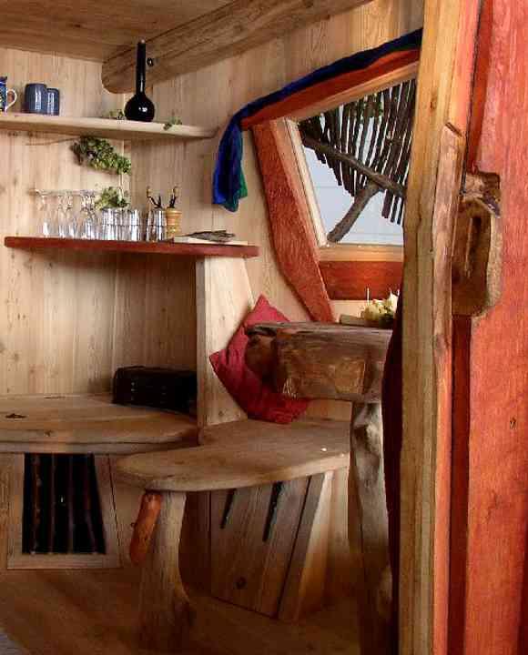 Sitzbereich im höchstgelegenen Baumhaushotel von Bayern