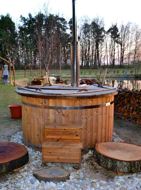 Entspannen im Badezuber ermöglicht das Baumhaus Staňkov in Tschechien