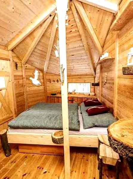 Baumhaushotels in Tschechien: das Doppelbett im Baumhaus Volary verspricht unvergessliche Nächte im Böhmerwald