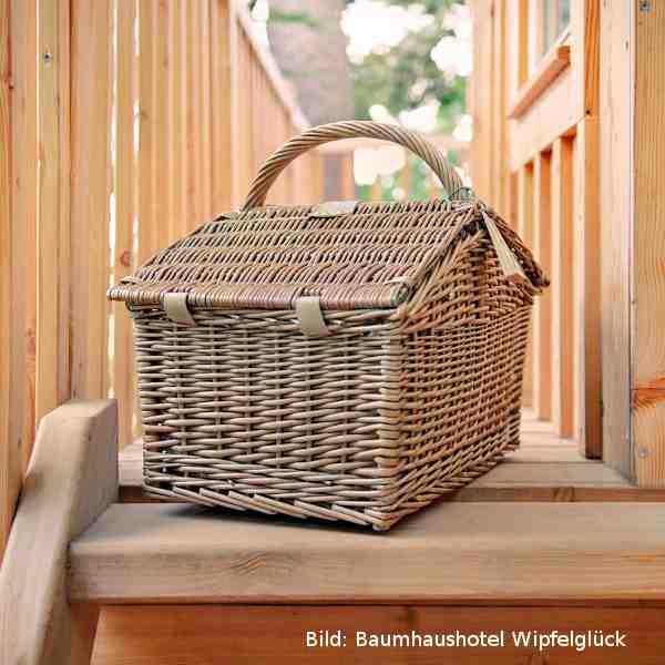 Ein leckerer Frühstückskorb gehört zum Übernachten im Baumhaus einfach dazu