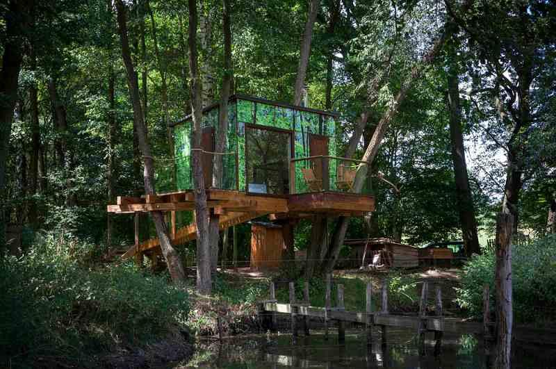 Das Baumhaus Chaticka Amalka in Dobčice bietet unkonventionellen Urlaub am Wasser